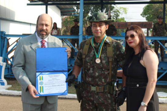 RECONHECIMENTO – Comandante do 5º Batalhão de Engenharia e Construção recebe medalha do Mérito Legislativo