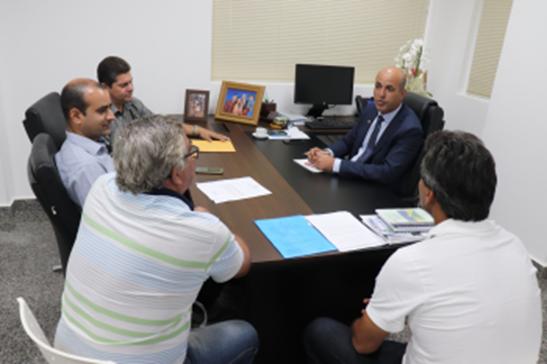 Deputado Ismael Crispin atende vereadores e verifica demandas dos municípios