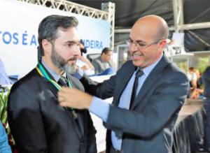 HOMENAGEM – Ismael Crispin concede Medalha de Mérito Legislativo para Darciso de Oliveira Carvalho