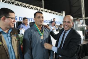 HOMENAGEM – Parlamentar concede Medalha do Mérito Legislativo à Vilmar Silva Barros