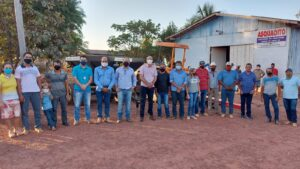 Ismael Crispin entrega equipamentos agrícolas para produtores de Alvorada D'Oeste