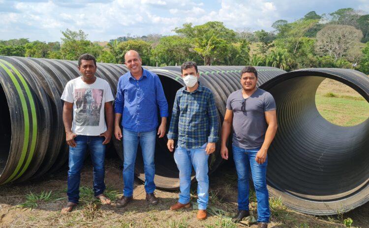 Ismael Crispin entrega tubos de PEAD para produtores da Associação Flor da Selva